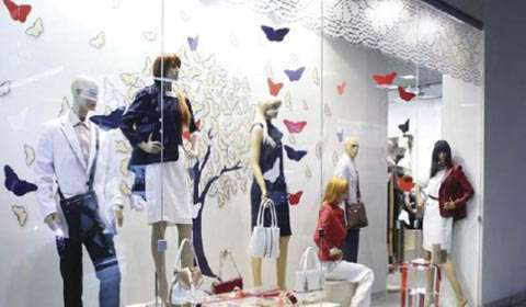 How to attract customers with store display?